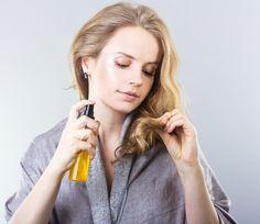 Comment prendre soin de vos cheveux avant d'aller vous coucher.   Saviez-vous que, de la même manière que votre peau, vos cheveux ont également besoin d'être exfoliés pour pouvoir éliminer les cellules mortes? Pour ne pas les abîmer, il est recommandé de ne pas répéter le processus plus dune fois par semaine.
