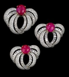 1955 Set of Three Clip Brooches worn by Princess Grace of Monaco by Cartier Paris: Platinum, brilliant- and baguette-cut diamonds, three cabochon rubies weighing approximately 49 carats. Via Palais Princier de Monaco. Cartier Jewelry, Diamond Jewelry, Antique Jewelry, Vintage Jewelry, Diamond Pendant, Gothic Jewelry, Grace Kelly, Patricia Kelly, Royal Jewelry