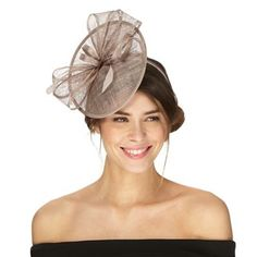 This fascinator from Debut is a simple yet elegant accessory for an occasion profile. Resting on a headband, it presents a saucer silhouette and features an exquisite bow accent detailed with feathers.