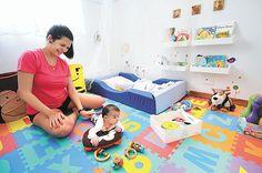 Totalmente diferente dos tradicionais, quarto não tem berço e tem tudo à mão do ocupante. Para a psicanalista e mãe de Bento, de 2 meses, Cleidi Souza, a metodologia ajudou a aproximar toda a família (Beto Novaes/EM/D.A Press)
