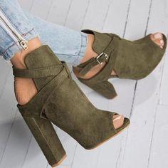 Туфли всегда были особенной вещью в женском гардеробе вообще и весной в частности. Когда еще их носить, если не сейчас? Мы поговорим о разных моделях: о классике, с каблуком и без каблука, а также разберемся в модных оттенках. Этот предмет обуви именно в этом сезоне стал чем-то особенным.