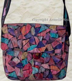 De soies peintes dans toutes les couleurs de l'arc en ciel  agrémentent ce sac. Une longue bandoulière  recouverte de morceaux de soies assorties à celles du sac, rend cet ouvrage sophistiqué.   Ce beau sac possède un soufflet de 4 centimètres.Vous le trouverez sur mon site internet http://www.armellesoie.com/accueil/mes-sacs/les-sacs/: