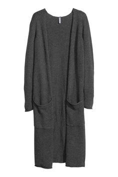 Cardigan de malha fina: Cardigan comprido de malha fina de mistura de lã. O cardigan tem bolsos à frente e bordas enroladas na bainha, bolsos e mangas. Sem botões.