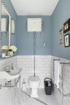 Toilettes rétro aux carrelages du style  « station de métro »