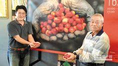 劉易騰(左)自父親劉漢朝(右)手中接過祖傳咖啡莊園,拓展咖啡旅行有聲有色。(許素惠攝)