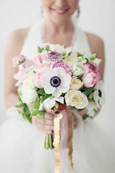 Anemone bouquet styles are a hot trend right now with their black centers and beautiful white petals. Check out some gorgeous wedding bouquets here! Bouquet Pastel, Anemone Bouquet, Boquet, Anemones, Rose Bouquet, Bride Bouquets, Floral Bouquets, Bridesmaid Bouquet, Mod Wedding