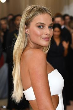 Margot Robbie's First Chanel Campaign Couldn't Be More Beaut.-Margot Robbie's First Chanel Campaign Couldn't Be More Beautiful Margot Robbie is the newest Chanel girl - Dyed Blonde Hair, Red To Blonde, Platinum Blonde Hair, Blonde Balayage, Cabelo Margot Robbie, Actress Margot Robbie, Fancy Hairstyles, Popular Hairstyles, Ladies Hairstyles