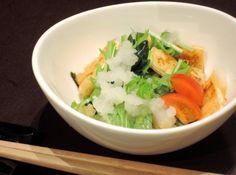 焼き油揚げとワカメのみぞれ和え - 大塩 貴弘シェフのレシピ。食感のバランスを引き出す為、油揚げは空焼きでパリッと焼く。プラス水菜と大根おろし、これをポン酢で合わせた簡単に出来るサッパリ小鉢です。