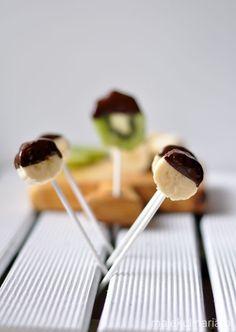 """Wszystkie dzieci uwielbiają słodycze. Jeszcze nie spotkałam dziecka, które poczęstowane czekoladą powiedziałoby: """"Nie dziękuję, nie lubię słodyczy"""", raczej w amoku rozdzierają opakowania i pochłaniają pyszności bez umiaru. Sprawę komplikują producenci słodkości, którzy zasypują rynek łakociami i emitują reklamy, wg których ich produkty są zdrowe, stanowią pełnowartościowe posiłki, zapewniają energię na cały dzień i tylko one…"""