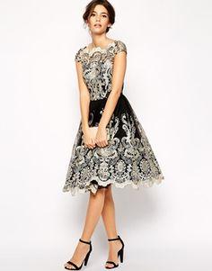 Agrandir Chi Chi London - Robe de bal de fin d'année mi-longue en dentelle métallisée de qualité supérieure et encolure style Bardot