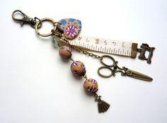 """bijou de sac/porte clés """"thème couture"""" à mousqueton bronze et rose : Autres bijoux par l-atelier-des-p-tites-fantaisies"""