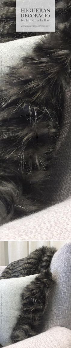 Viste la butaca con un #plaid de pelo. #Cojín rectangular de franela con los bordes de pelo, un complice aliado para las tardes frias del invierno. Vesteix la butaca amb un #plaid de pèl. #Coixí rectangular de franel·la amb les vores de pèl, un còmplice aliat per a les tardes fredes d'hivern. www.higuerasdecoracio.com