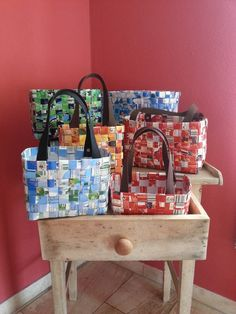 Bastelanleitung: Taschen aus Tetra Pack in 3 verschiedenen Größen Taschen aus Tetra Pack sehen echt toll aus und das Material fällt in jedem Haushalt an. Ob als Strandtasche in groß, als Täschchen für Shampoo und Spülung in klein, oder zum Einka