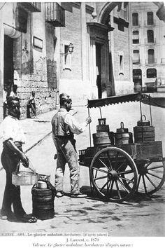 Hombre vendiendo horchata en los alrededores de la Plaza de la Virgen / Valencia / vintage / photography