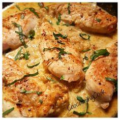 4 escalopes de poulet - sel - poivre - 250 ml de bouillon de volaille - 2 cuillères à soupe de jus de citron - 2 gousses d'ail émincées - 1/2 C à C de piment d'espelette - 1 cuillère à soupe d'huile d'olive - 4 échalotes - 2 cuillères à soupe de beurre - 65 ml de crème 35 % - 2 cuillères à soupe de basilic