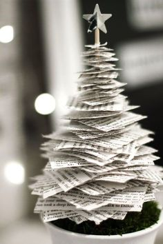 Tannenbaum basteln: 30 kreative DIY Ideen für Weihnachtsbasteln pequena árvore de natal de papel craft home Tabletop Christmas Tree, Noel Christmas, Diy Christmas Gifts, Christmas Projects, Christmas Ornaments, Christmas Music, Paper Christmas Trees, Paper Christmas Decorations, Diy Tree Decorations