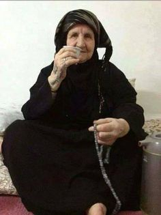 Amén. Femme Libanaise agee boit son cafe .