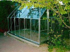 A tutaj dowód na to, że szklarnia nie zawsze musi mieć ziemiste podłoże. Można ustawić w niej regały, na których rosnąć będą nasze sadzonki z warzywami.