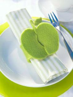 Felt apple napkin holder craft.  Apple interlocks to seal the napkin ring!  Cute!