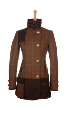 The lightweight Ladies shooting coat is Holland Cooper's answer for the traditional shooting jacket. A blend of tweed, waxed cotton, and canada hide leather. this statement piece will be sure to set you apart from the crowd. It is both fashionable and technically shaped so it is suitable for a day shooting or on the city streets