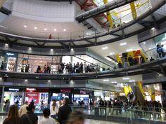 Es un centro comercial en Barcelona, España . Tiene muchas tiendas.