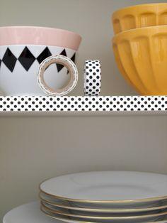 Tolle Ideen für die Küche. Bunte Klebe-Tapes für Regale und Schränke. DIY Design >> JWashi tape can add a little pizzazz to your cabinet shelves. | 21 Adorable DIY Projects To Spruce Up Your Kitchen