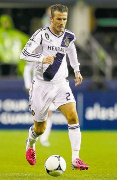 Why did David Beckham have to retire soccer? Beckham Football, David Beckham Soccer, Football Soccer, David Beckham Images, David Beckham La Galaxy, Fifa, Free Kick, Sports Stars, Best Player