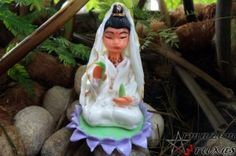 Escultura em porcelana fria da Deusa Kuan Yin.