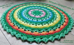 """Material Fio de Malha Agulha de Crochê O tapete de hoje foi criado com a seguinte ideia: fazer uma mandala de """"tulipas"""" rosa, azuis, amarelas e laranja, sobre """"folhinhas"""" em verde claro e """"plantadas na grama"""" verde mais escuro. Nada complicado de se tecer, pois são pontos básicos e as voltas se"""