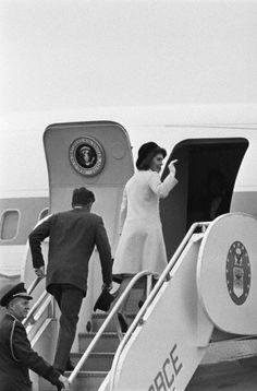Jackie Kennedy waving goodbye as she boards a plane to Dallas, 1963