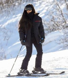 Kim and Kourtney Kardashian kick off 2019 by skiing with kids in Aspen Winter Fashion Casual, Cold Weather Fashion, Ski Fashion, Winter Travel Outfit, Cute Winter Outfits, Ski Outfits, Kim Kardashian, Kim And Kourtney, Snowboarding Outfit