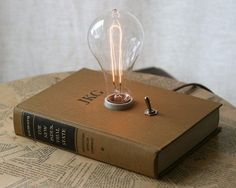 Book lamp designed by Californian artist Philip Hansen. (Source: Decurate : Book Lamp - New Industrial State) Book lamp designed by Californian artist Philip Hansen. (Source: Decurate : Book Lamp - New Industrial State) Diy Luz, Luminaria Diy, Edison Lampe, Diy Luminaire, Lampe Retro, Book Lamp, Ideias Diy, Lighting Design, Pipe Lighting