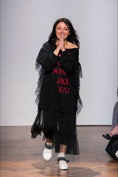Guarda la sfilata di moda Aniye By  a Milano e scopri la collezione di abiti e accessori per la stagione Collezioni Autunno Inverno 2017-18.