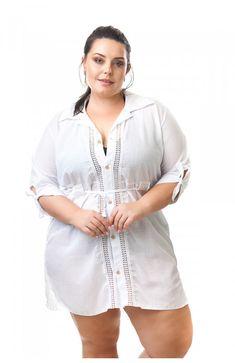 8a5558c342b7 Saída de praia plus size em tecido algodão branco. Modelagem camisa,  acinturada, com