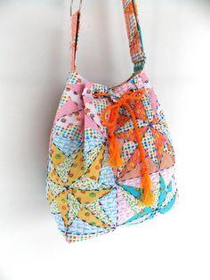 Inspirada nas coloridas bolsas colombianas, essa bucket bag vai te conquistar!!!    Bolsa confeccionada em tricoline estampado, toda bordada a mão. Tem alça regulável e vários bolsos internos, sendo 1 com zíper.    Colorida, divertida e ao mesmo tempo delicada, um encanto!    E o melhor, tem frete PAC gratis para todo o BRASIL!!! R$ 139,00