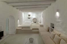 Built around this residence in Nisyros was completely restored and turned into a villa of two independent luxury apartments by ADarchitects, with respect to the local architectural tradition … Tadelakt, Earth Homes, Luxury Apartments, Interior Architecture, Minimalism, New Homes, House Design, Greece, Restoration