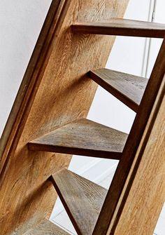Jon og Sannes lejlighed i to etager er fyldt til randen med flotte, tilpassede løsninger i smukke materialer. Jon har selv udført alle de gode ideer, efterhånden som både lejligheden og familien er vokset.
