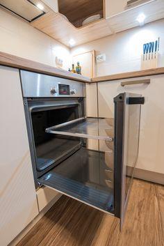 Cuptorul încorporabil Bosch cu funcția EcoClean: pereţi cu acoperire specială ce minimizează murdărirea cuptorului chiar din timpul gătitului, prin absorbţia particulelor de grăsime. În plus, ușa glisantă iese afară complet și susține grillul sau tăvile. Wall Oven, French Door Refrigerator, French Doors, Kitchen Appliances, Studio, Home, Diy Kitchen Appliances, Home Appliances, Ad Home