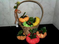 Cesto artesanal, com abóboras em tecido de malha, tecido em brocado e folhas sintéticas; uma bonita peça para decoração de cozinha! R$ 60,00