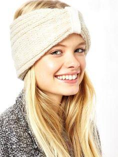 Eine Frisur mit Mütze ist euch zu langweilig? Wie wäre es dann mit einem Stirnband? Immerhin werden damit die Haare am Oberkopf nicht platt gedrückt. Wenn ihr nach dem Waschen ein bisschen Schaumfestiger in den Ansatz gebt und eure Haare zusätzlich über Kopf anföhnt, halten sie auch diesem Look stand.