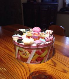 Scatola in latta porta dolciumi con decorazioni hand made in tema con panno lenci e pile