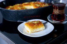 DETTA INLÄGG PRESENTERAS I SAMARBETE MED ARLA Snart är det äntligen Eid och tillsammans med Arla har jag tagit fram ett recept på en underbar baklava som är perfekt att bjuda på till Eid. Den är fylld med en krämig fyllning, toppad sirap och pistagenötter. Ljuvligt god! Smöret och grädden gör baklavan extra god och krämig. Ca 15-18 st bitar 20 st ark filodeg eller baklavadeg (ca 200 g) 75 g Arla Svenskt smör Fyllning: 3 dl Arla vispgrädde 3 dl Arla mjölk, fetthalt 3% 5 msk majsstärkelse 5…