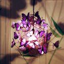 PROPIEDADES: Lámpara de techo realizada con cable negro, alambre púrpura de aluminio, portalámparas y florón negro, y mariposas de papel vegetal francés color violeta.  ASPECTO Y...