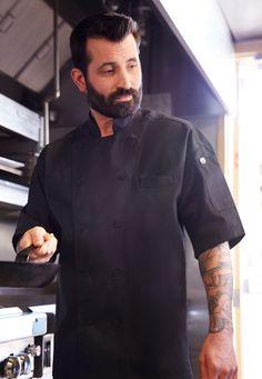 涼感大器的「機能時尚」主廚制服。使用耐久滌棉布料的〈Palermo巴勒摩涼感行政主廚廚師服〉為短袖雙襟,背箱摺的Cool Vent™涼感設計帶來了透氣舒適感以及時尚造型感。   主要特色包括:雙前襟內釦、布包鈕釦、立領、落肩袖版型,以及左胸插袋。