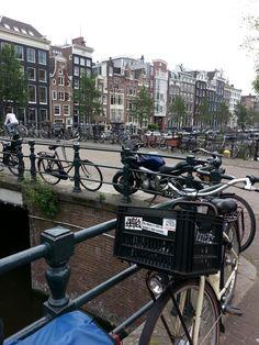 De singel Amsterdam met fietsen en grachtenpanden.