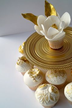 Gold and white cupcakes White Cupcakes, Fun Cupcakes, Cupcake Cookies, Pretty Cakes, Beautiful Cakes, Amazing Cakes, Beautiful Things, Chocolates, Deco Cupcake