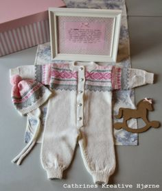 Cathrines Kreative Hjørne: Lykkes søte Marius babydress! Knitting Projects, Knitting Patterns, Tricot Baby, Baby Dresser, Baby Princess, Kids And Parenting, Baby Knitting, Christmas Stockings, Needlework