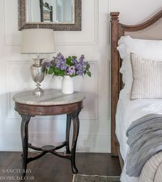 Simple spring bedroom decor ideas including quality faux flowers and fresh, light bedding . Vintage Table, Vintage Rugs, Green Wedding Centerpieces, Wedding Decorations, Small Nightstand, Bedroom Decor, Bedroom Ideas, Master Bedroom, Romantic Homes