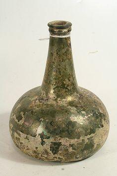 Wijnfles, met iriserend decor, 18e eeuw
