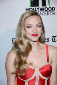 Amanda Seyfried attends the Annual Hollywood Film Awards Gala Presented by the Los Angeles Times in a Prabal Gurung dress paired with a Judith Leiber Celebrity Makeup, Celebrity Look, Celeb Style, Amanda Seyfried, Red Dress Makeup, Hair Makeup, Prabal Gurung, Film Awards, Celebs